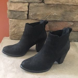 Ugg Sherpa lined waterproof suede booties - size 9